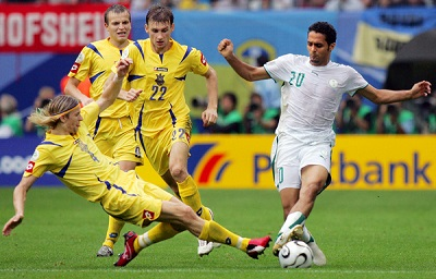 Saudi forward Yasser al-Qahtani is challanged by Ukrainian midfielder Anastoliy Tymoshchuk (L) and Ukrainian defender Vyacheslav Sviderskiy (22) during the World Cup 2006 group H football match Saudi Arabia vs Ukraine, 19 June 2006 at Hambourg stadium. AFP PHOTO KARIM JAAFAR  (Photo credit should read KARIM JAAFAR/AFP/Getty Images)