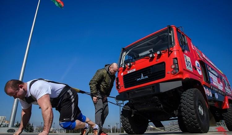 Белорусским силачам удалось протащить боевой МАЗ на 20 метров
