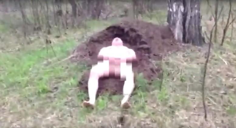 Отважный голый русский мужчина лёг в муравейник (видео не для слабонервных 18+)