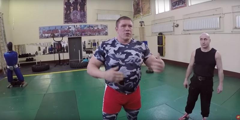 Русский боец ММА Максим Новоселов дал бой девятерым спецназовцам ВС РФ. Что это было?