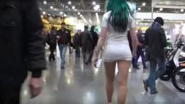 Мужчина настойчиво преследовал девушку в коротком платье. Даме понравилось....