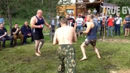 Максим Новоселов против двух уличных бойцов. Смотрите чем всё закончилось