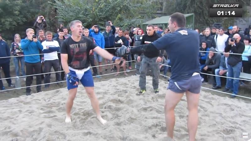 На STRELKA Street Fight двое мужиков за 40 лет показали ожесточенный бой в стиле ММА