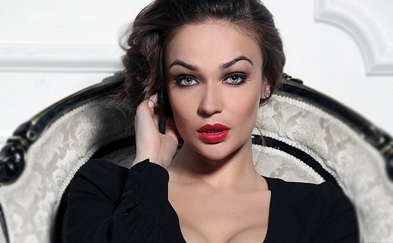 Алёна Водонаева засветила шикарную попу и два пикантных фото в купальнике