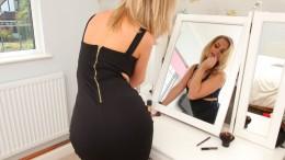 Развратная блондинка Виктория предстала в эффектном черном платье и чулках (28 фото)
