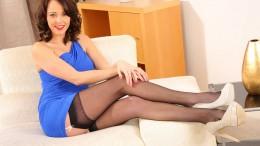 Lacey Jay показала какое нижнее белье скрывалось под синем платьем (16 фото)