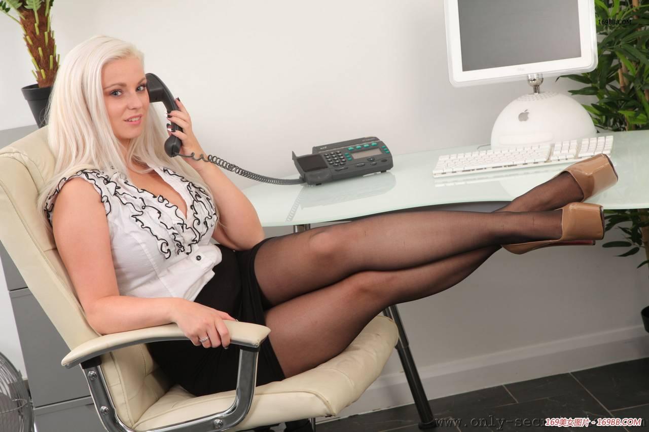 Секретарша порадовала своего начальника пикантной фотосессией (21 фото)
