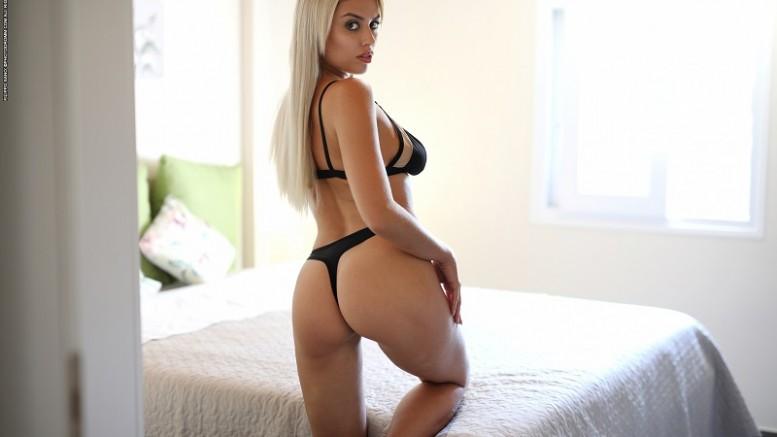 Маргот оперативно избавилась от нижнего белья и показала очень горячие снимки (14 фото)