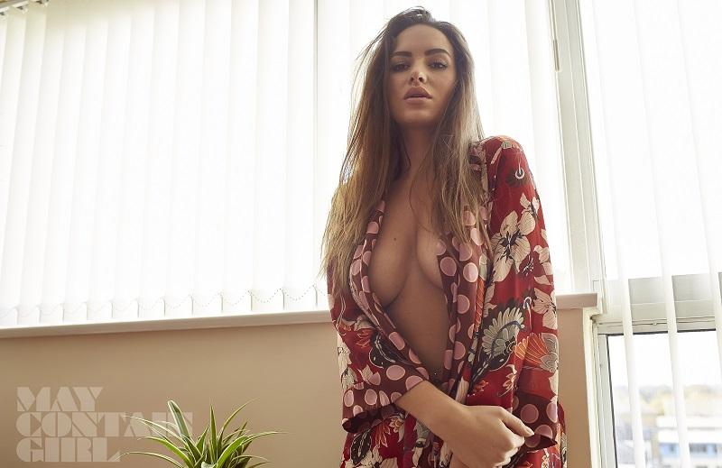 Горячие снимки из номера - Сабина Емельянова едва прикрылась халатом (26 фото)