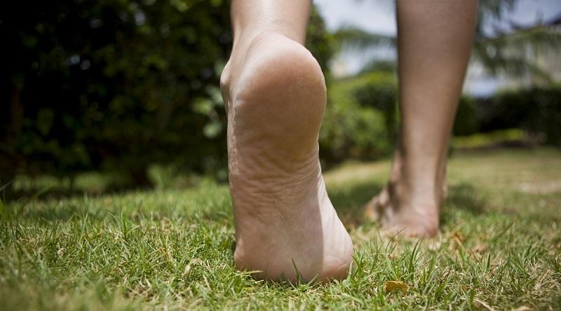 Чем полезна ходьба босиком и в каких условиях лучше всего практиковать