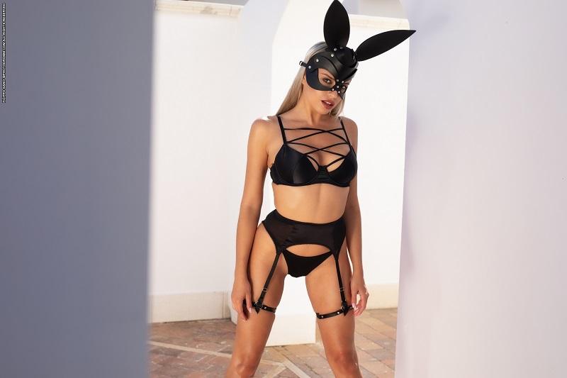 Маргот в заячьей маске разделась догола и порадовала упругими формами (12 фото)