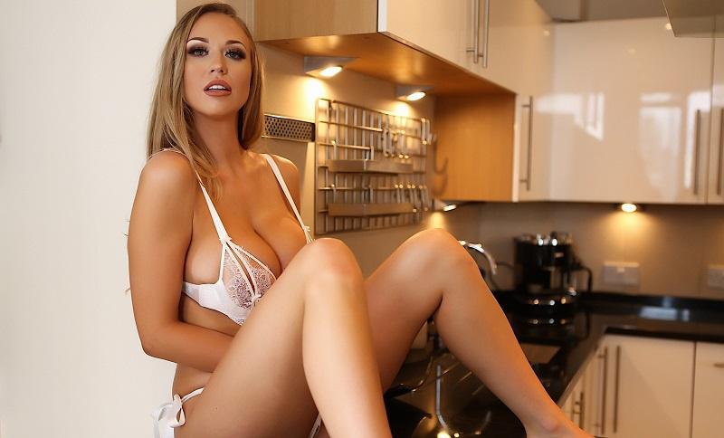 София Рид в нижнем белье на кухне заинтриговала своими шарами (21 фото)