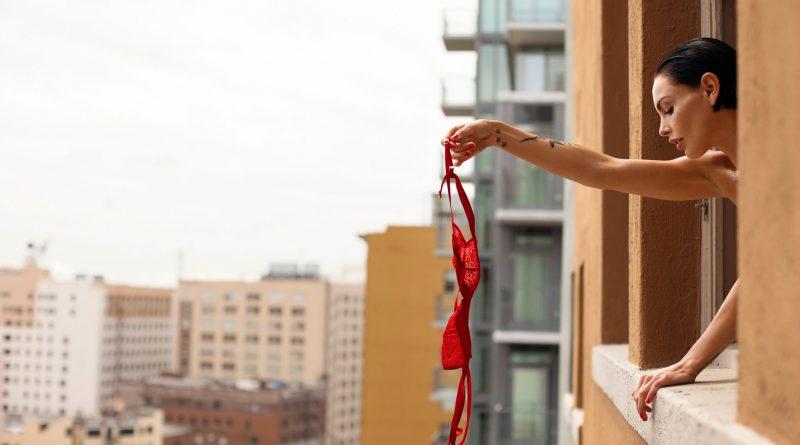 ГОРЯЧАЯ Тила Лару обладает отменным чувством стиля и роскошной фигурой в ГОЛОМ виде (18 фото)