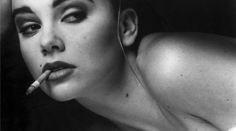 Горячая классика из 90-х. Шарлиз Терон приоткрывает груди для Playboy (13 фото)