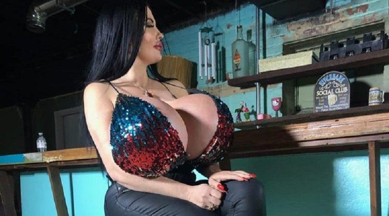 Модель из США Фокси Менажери слегка переборщила с увеличением груди (18 фото)