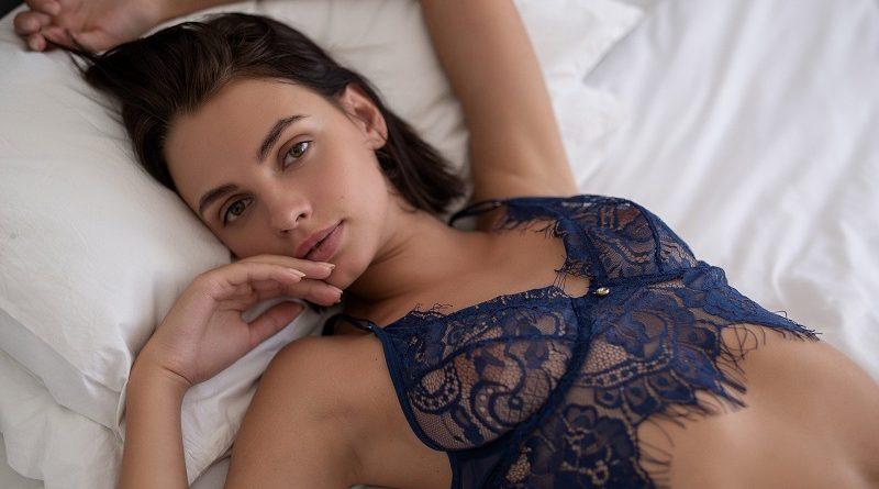 При съёмках в Playboy Ариэль провела тест нижнего белья и демонстрацию обнаженной фигуры (30 фото)