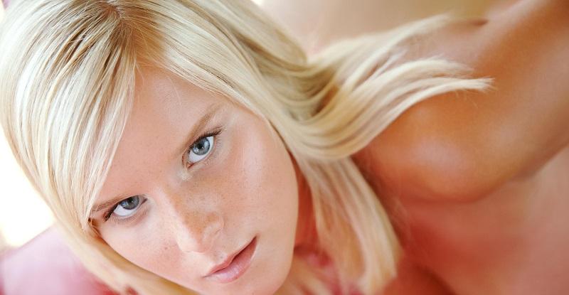 Интригующая блондинка Миела Квин показывает высокую продуктивность (22 фото)
